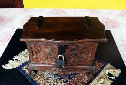 Lindo mini Baú, Porta Jóias, em madeira entalhada, pernas Cabriolet
