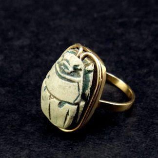 Belíssimo anel de ouro 18K, adornado por antigo escaravelho egípcio